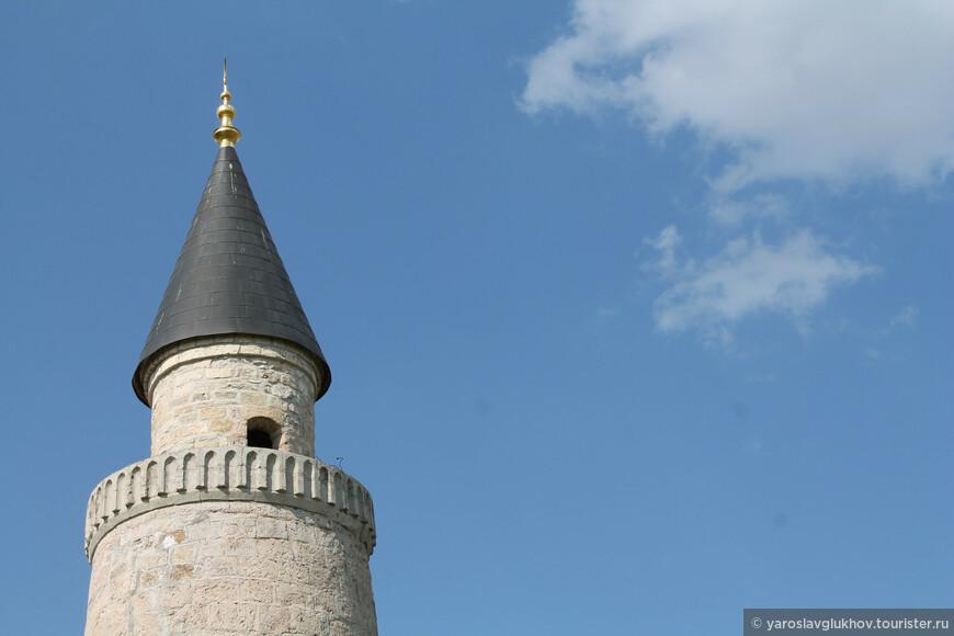 Верх минарета венчает конусообразный купол, который позволяет отнести архитектура минарета к ранним постройкам Азербайджана, Крыма и Малой Азии.