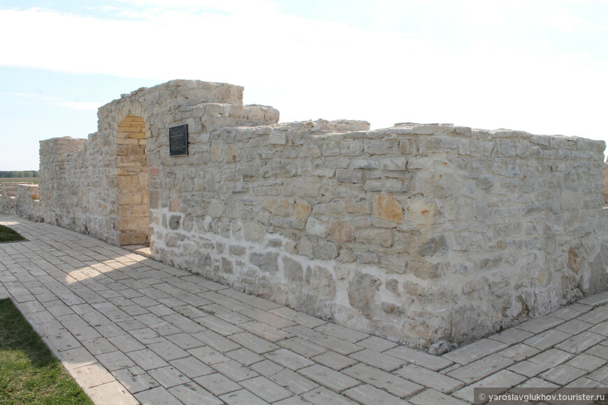 Белая палата была построена в XIV веке и сейчас пребывает в виде руин, использовалась как общественная баня, которая была оборудована канализацией и водопроводом из керамических труб.