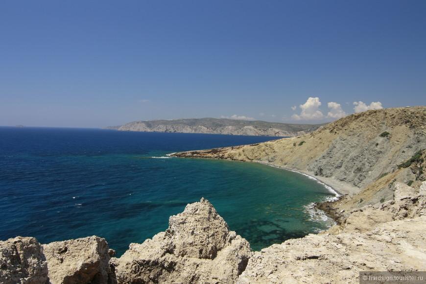Скалистые берега Эгейского моря. Волны шумно бьются о каменистые утесы.