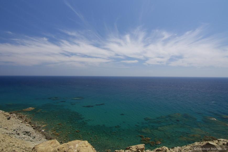 Бухта Средиземного моря расположена сразу за мысом, видно как ветер надувает волны с Эгейского моря.