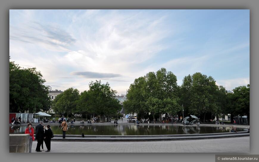 Затем  мы прошли к парку   у Карлскирхе, которая находится в квартале от  Памятника русским солдатам.