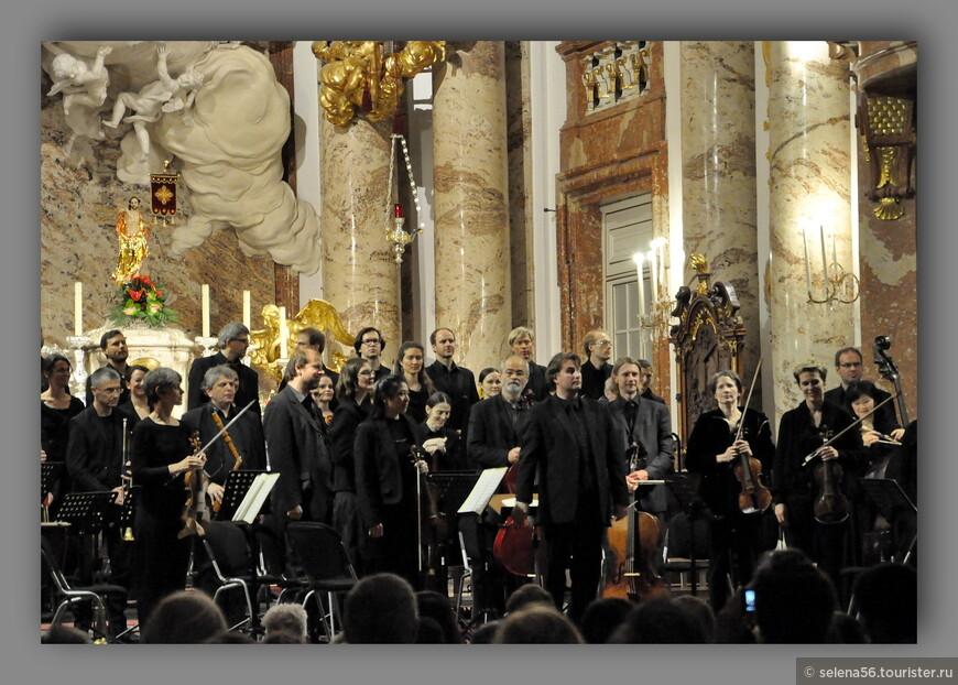 """""""Реквием""""  исполняли  оркестр и хор с Зальцбурга. Мой муж  был заворожен музыкой . А меня ,почему-то ,так не захватило.  Только прошедший   победный  Памятный день будоражил мои чувства.В Париже  мы слушали """"Реквием"""" Дж.  Верди в церкви  Св. Магдалины  (Мадлен). То исполнение на меня произвело большее впечатление. Может быть потому , что музыку к """"Реквиему"""" Вольфганг  Амадей Моцарт не дописал сам и произведение прошло через  ряд переделок и дописывания другими авторами,его современниками, уже после его ранней смерти."""