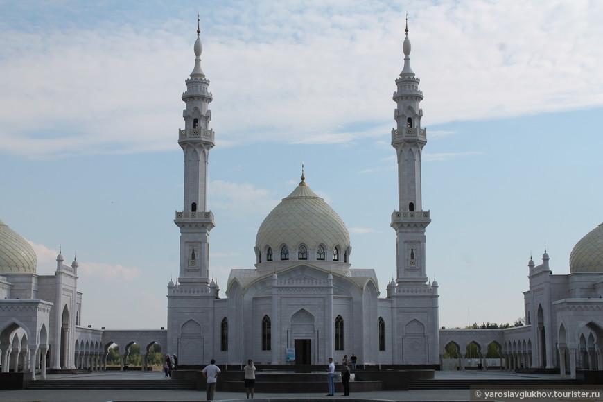 Минареты возведены в соответствии с классическим стилем минаретов мединской Мечети Пророка. В свое время на этом настаивал Минтимер Шаймиев, говоря, что хотел создать мечеть, подобную мединской, но более уютную и менее масштабную.