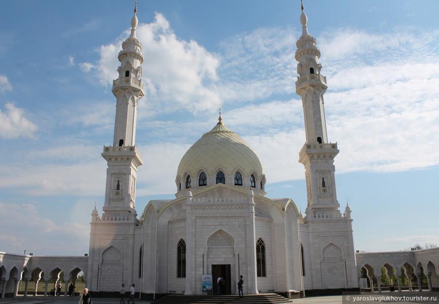 Белая мечеть довольно высокая, только внутренняя высота купола — 17 метров, поэтому с близкого расстояния, с площади — Мусаллы, довольно непросто уместить в кадр.