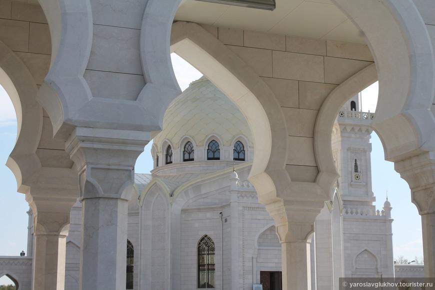 Площадь обрамлена своеобразной аркадой, включающей 88 белоснежных мраморных колонн.