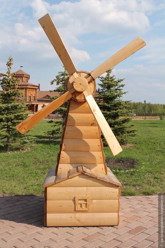Маленькая ветряная мельница на Центральной площади музея.