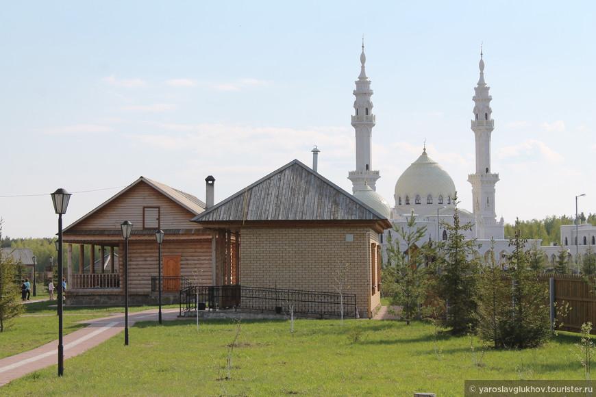 Здесь соседствует русская деревня и мечеть.