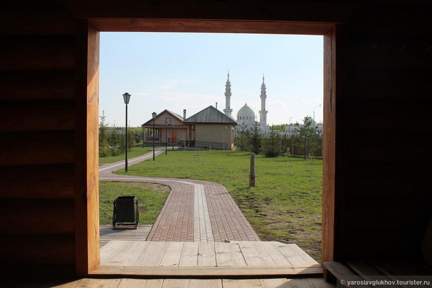 В музее хлеба можно сделать довольно оригинальные фотографии: соседство деревянных домов и Белой мечети.