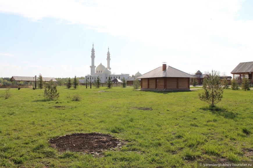 Территория музея хлеба — провинциальной русской деревни и мечетью на заднем плане.