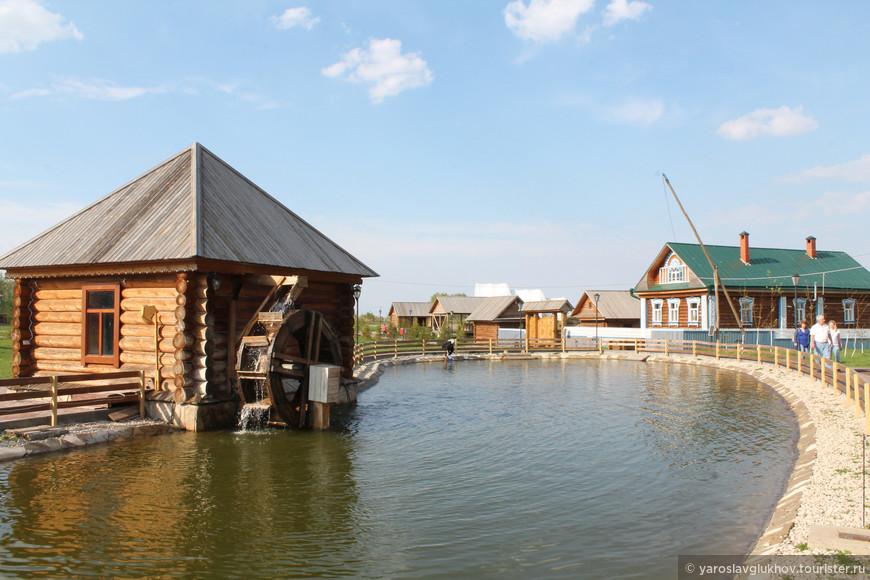 """Возле ресторана """"Чингисхан"""" расположен небольшой прудик, на котором расположена водяная мельница."""