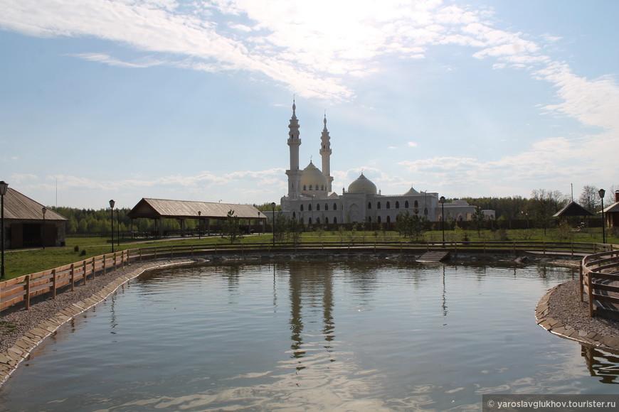Белая мечеть и её отражение в прудике перед рестораном.