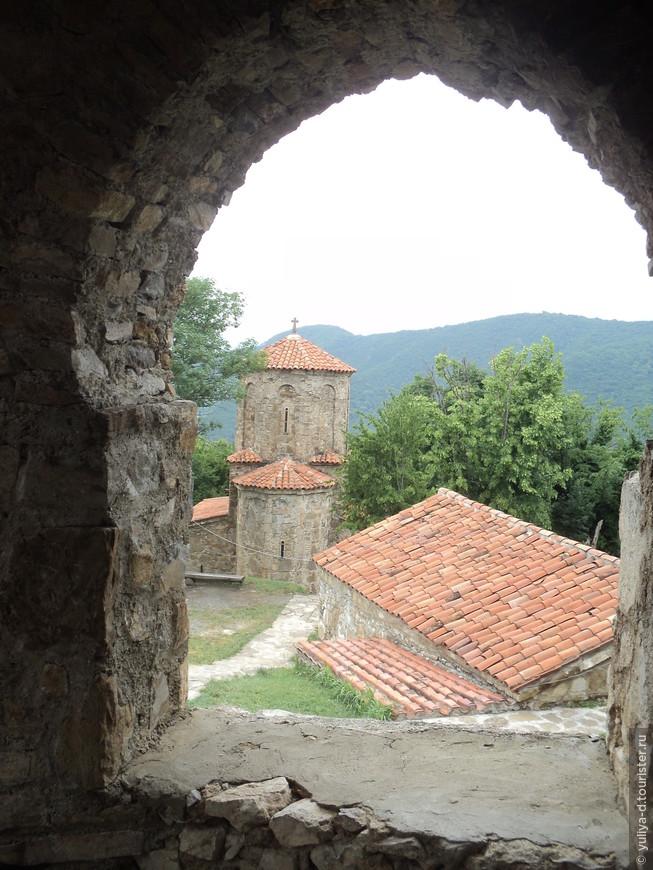 Монастырь Некреси. Высоко, высоко в горах. Здесь живут 10 монахов и могут попотчивать вас освященным вином
