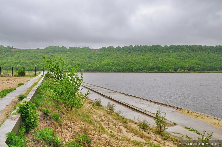 02. То, что вы видите справа это набережная реки Оки в районе шуховской башни, ее реконструировали несколько лет назад в рамках программы по ремонту башни за 61 миллион рублей. 61 миллион вот на то, что справа…
