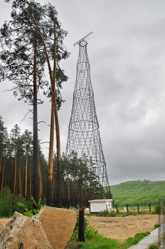03. А вот и сама красавица башня. Построена она была через семь лет после строительства башни на Шаболовке. Высота 128 метров. До недавнего времени должное внимание ей уделяли только специалисты с запада признавая ее намного более совершенной и достойной внесения в список Всемирного наследия.