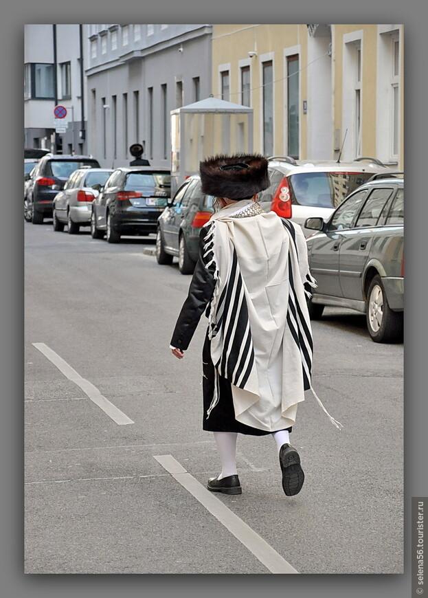 """Такую одежду и головной убор """"штраймл"""" хасиды  надевают в особо значимые и праздничные   дни ."""