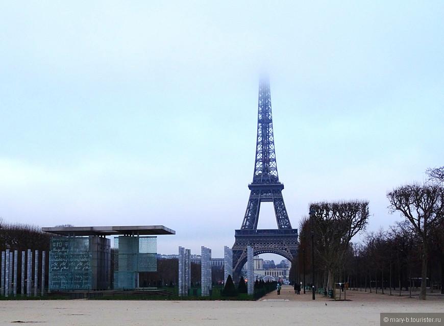Такой монохромной, немного мрачноватой мы впервые увидели Эйфелеву башню