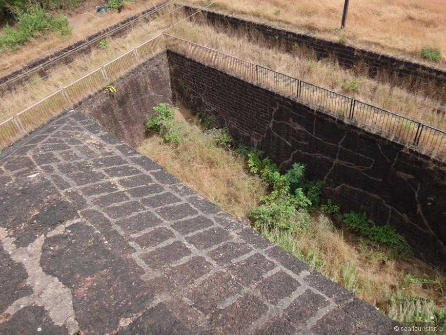 со всех сторон форт окружен высоким рвом