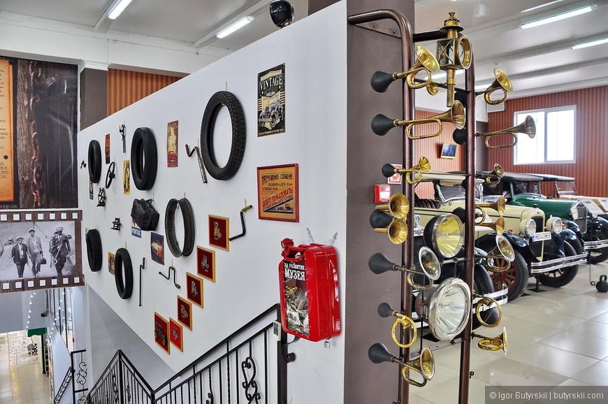 03. Помимо старинных машин в музее выставлена коллекция клаксонов, ее тоже собирает владелец музея. Многие из них работают и еще как!