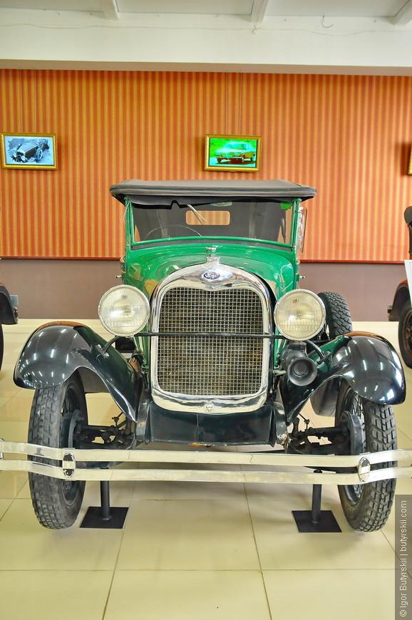 11. Все автомобили стоят на специальных подставках-домкратах для того, чтобы лишний раз не испытывать подвеску и шины которым и так уже под 100 лет.
