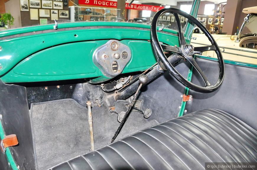14. Праворульные экспонаты. Это не дорогой автомобиль для своих лет (хотя, конечно, любой авто тогда был дорогим).