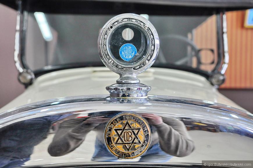 33. Братья Додж раньше не стеснялись в логотипе, что-то сейчас на новых машинах я не видел звезды.