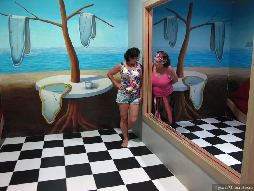 сюрреалистическая комната с зеркальным отображением