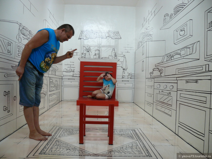 """""""стул, благодаря которому один человек превращается в великана, а другой в Дюймовочку или Мальчика-с-пальчика"""""""