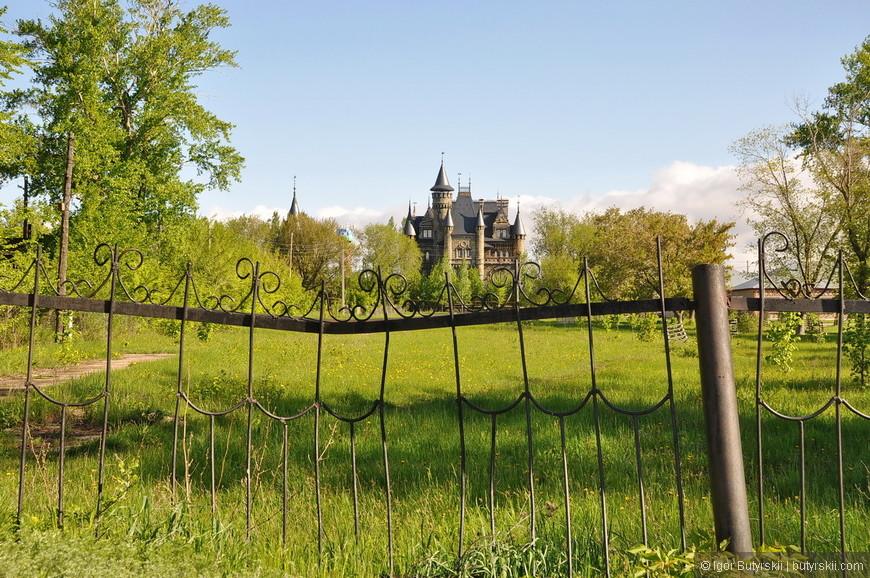 01. Заезжая в деревню Хрящевка не ожидаешь увидеть за забором что-то вроде этого. Хотя, конечно, просто так туда никто и не поедет.