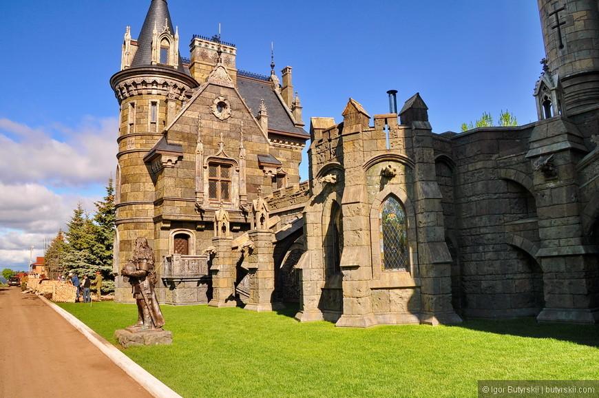 10. На территории комплекса установлены несколько статуй, такие как «Король и королева», «Круглый стол» и «Хранитель замка».