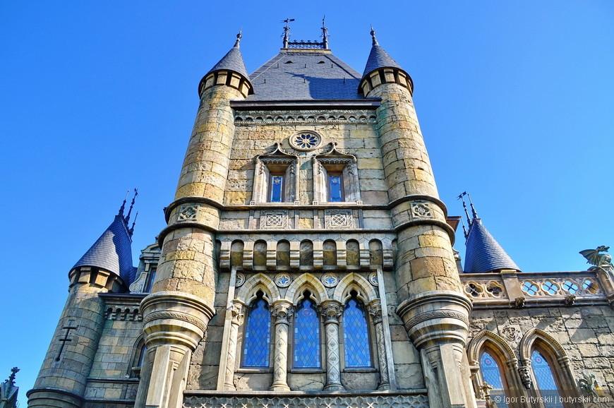 11. Замок делается «для себя» и на собственные финансы его владельцев. Также называется он в честь отца, поэтому качество строительства невероятное, особенно для России.