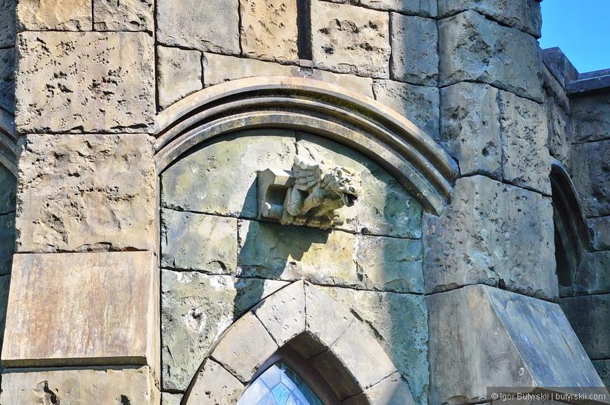 14. Одно время в замок пускали людей на экскурсии и фотосессии, но сейчас проход закрыт и насладиться им можно только снаружи и только с фасадной его части.