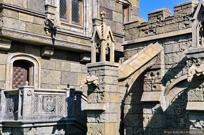 16. Замок очень большой по размерам, сфотографировать крайне трудно. Но для съемки деталей это не мешает. Строители тоже не ругаются, можно свободно походить – главное не мешать.