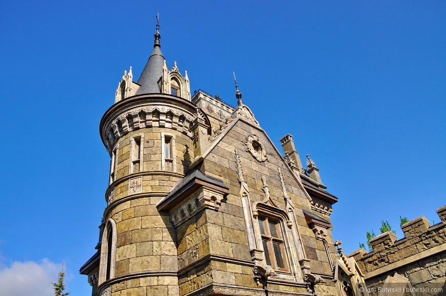 20. На территории замка (внутри) есть площадка на уровне второго этажа. С нее открывается прекрасный вид на комплекс и Волгу.