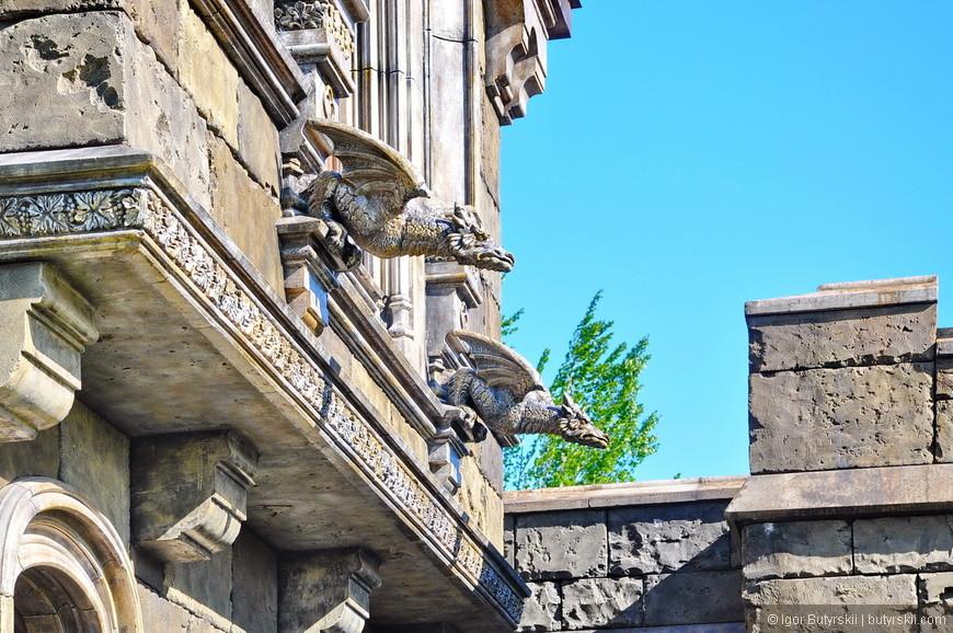 22. Два из шести драконов-стражей замка. Тематика деталей хорошо описана художником проекта Сергеем Каренгеным.