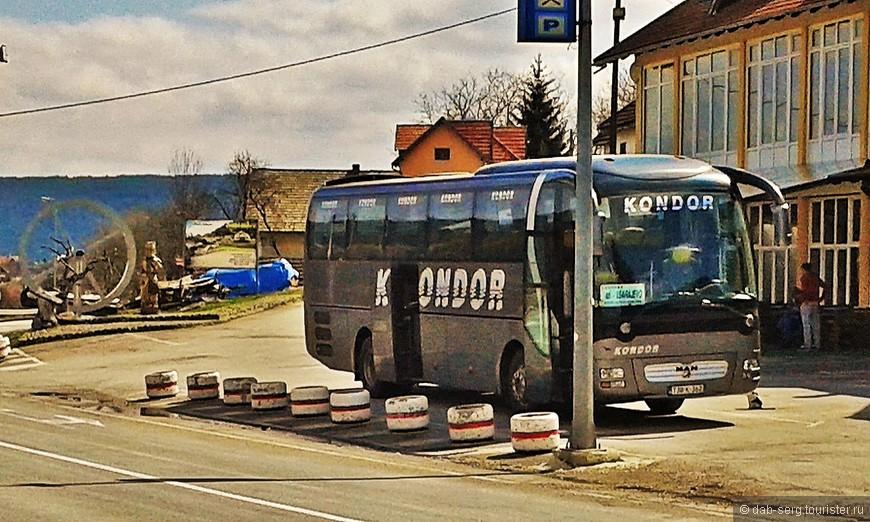 """Пришедший автобус с Боснийскими номерами шёл из Ниша в Сараево. Водилу любезно попросил остановить в Мокра Гора. На какой то промежуточной технической остановке, у мотеля """"Шарган"""", спросил, мол это Мокра Гора? Нет, говорит, я скажу когда.... Поверил на слово, еду, любуюсь Сербией..... Проезжаем какую то большую деревню, на горе очень похожие очертания знакомого по картинкам и другим фотографиям моего Мечавника (так называется сам Дрвенград, официально это отель) Едем, думаю помнит и знает где высадить.... ....Неа, не помнит, остановка автобуса показалась не совсем случайной, погранконтроль на боснийской границе. Зашёл мужик в форме и собирает паспорта, я к водиле, где мол моя Мокрая Гора? ...-Ой, говорит, забыл про тебя, пошли.  Вышел я со своим шмотьём, он с погранцом остановил попутку из Боснии, и попросил их довезти меня до Мечавника, мол парень из России, я забылся остановить. Те с удовольствием согласились, Россияне в этих местах в почёте и подкинули меня до самых ворот Дрвенграда. Двое попутчиков прекрасно говорили по русски, один работал на олимпийских стройках в Москве и в Сочах. Поболтали немного о жизни...."""