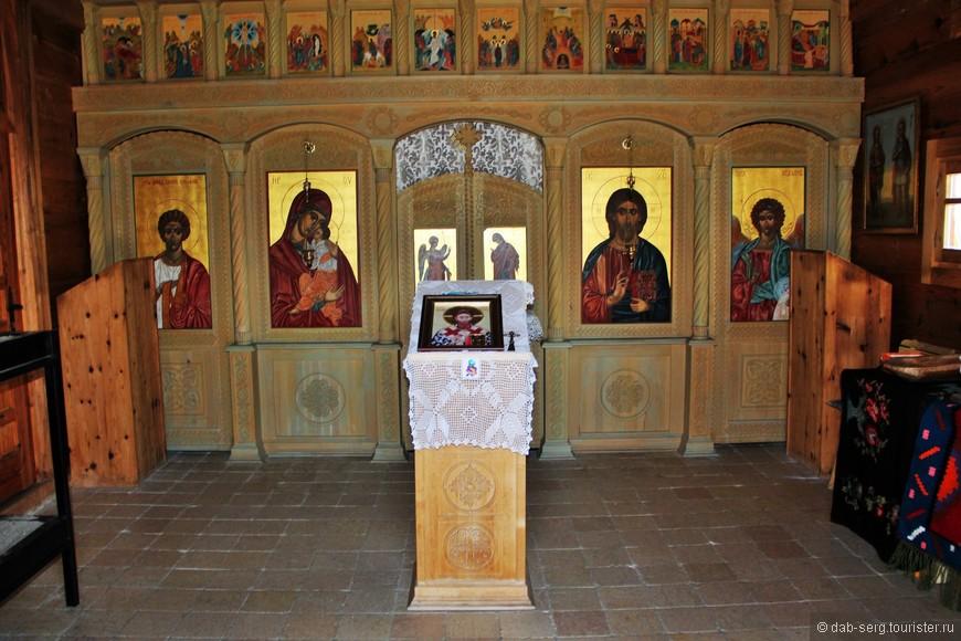 Убранство церкви. Можно ставить свечки к иконам, всё по православию