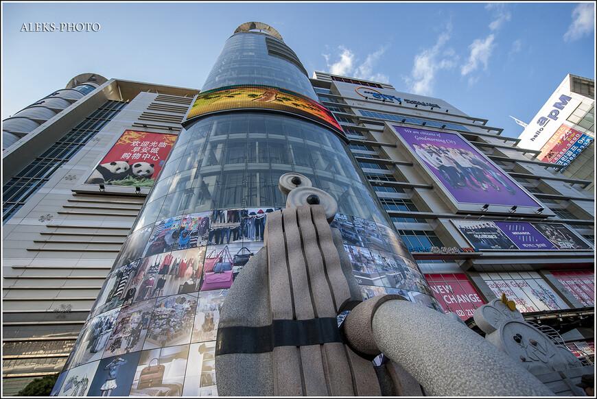 """Первым делом, когда мы приехали на метро из Инчхона (где находится международный аэропорт), в Сеул, мы вышли в районе метро Dongdaemun History & Culture Park. По нашим прикидкам и инфе из интернета, здесь должны были находиться самые дешевые в городе отели. Как выяснится чуть позже, мы ушли слишком далеко от высоких зданий, прямо за которыми было много отелей. И уткнулись в район-рынок, где тусуются бывшие выходцы из Средней Азии и закупаются товаром приехавшие из России """"купцы""""."""