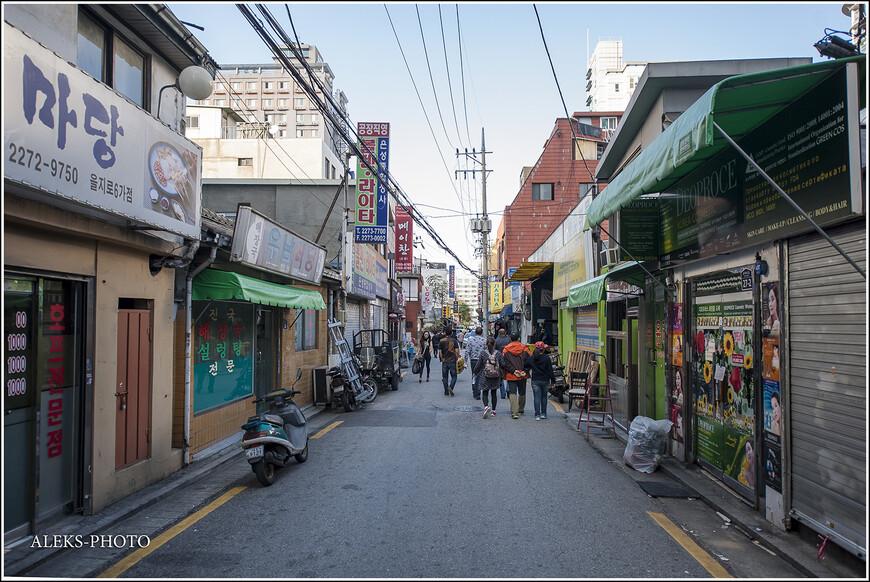 """Райончик под названием Dongdaemun (Донгдемун), в котором мы поплутали в поисках отеля, состоял из каких-то многочисленных лавок и харчевен. Причем, туда нас зазывали на русском языке. Что немного удивляло. Впрочем, я уже сказал, что сюда в свое время переехали многие """"советские корейцы"""", а вместе с ними другие азиаты из бывших союзных республик. Не удивительно, что во многих мотелях люди просто жили, как в обычных квартирах. Короче, если вам знакомы какие-то районы, где живут торгаши с рынка - вот это как раз тот случай..."""