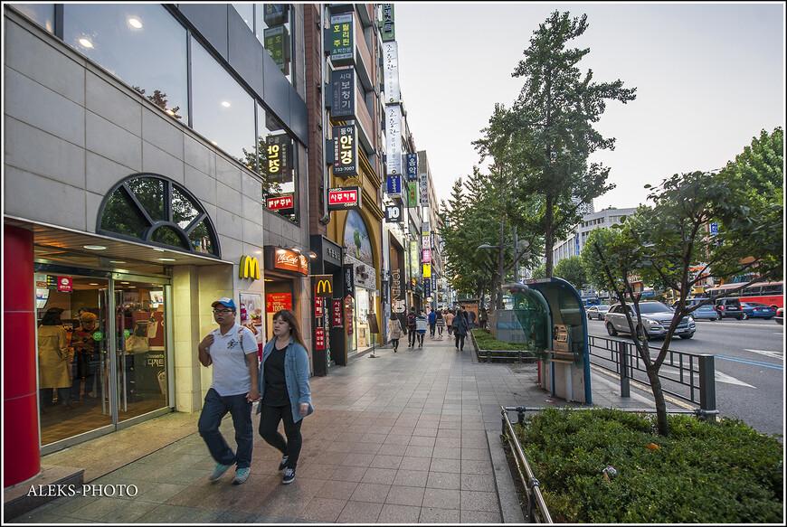 В Сеуле много разных шаражек фастфуда, типа Макдональдса и КФЦ. Меню в них адаптировано к местным реалиям - корейцы весьма уважают все острое и кислое. А цены - вполне доступные. Недавно узнал о том, что корейская молодежь любит отмечать Новый год именно в таких заведениях, что лично меня весьма удивляет. Туда даже выстраиваются гигантские очереди. Похоже, что такое интимный ужин на двоих с шампанским и салатом под шубой, им не ведомо. В Корее - свои стандарты.