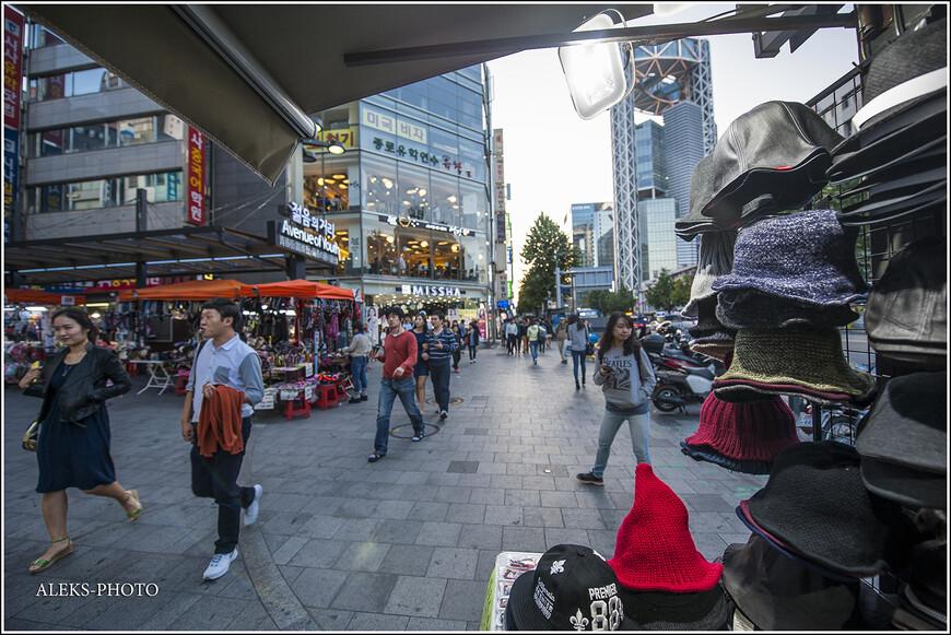 """Я бы даже сказал несколько иначе. Сеул - город очень молодежный. Он как будто """"заточен"""" под молодежь. Стариков здесь тоже очень много, но если вы в центре города окинете взглядом улицы, везде в поле зрения вам попадутся спешащие куда-то молодые люди. Ну, а вечером весь Сеул как будто отдан молодежи..."""