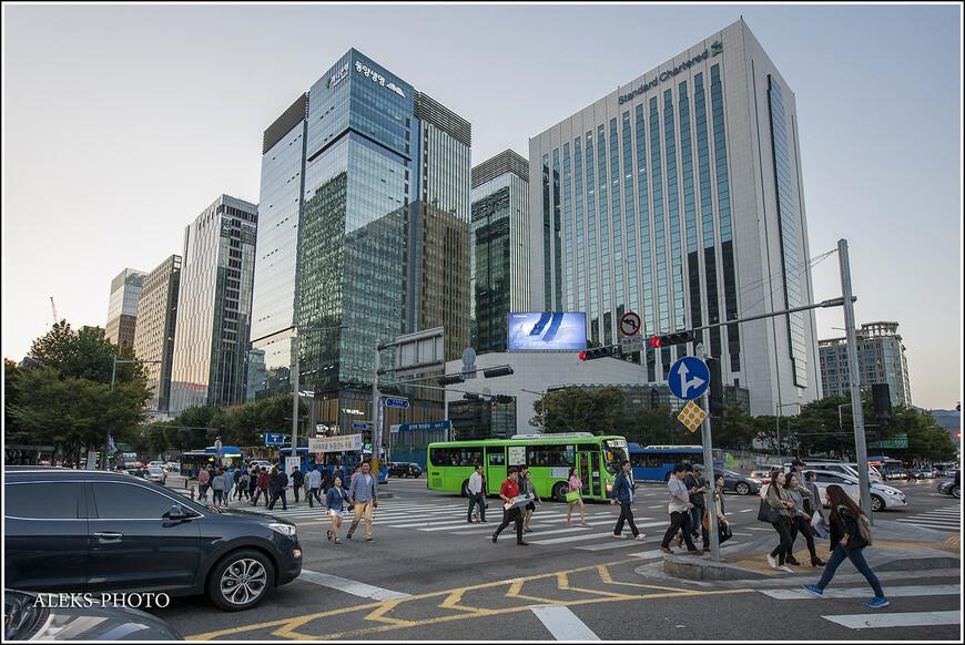 Становилось уже достаточно темно, а жизнь на улицах Сеула от этого все больше оживлялась. Я заметил в этой поездке, сто корейцам, как и многим другим народам Юго-Восточной Азии, очень свойственно проводить время в темноте при огнях. Кто был в мегаполисах Азии, знает эту особенность. Рынки с висящими огнями, залитые светом улицы. В Сеуле, правда, это все имеет чуточку свой корейский колорит...