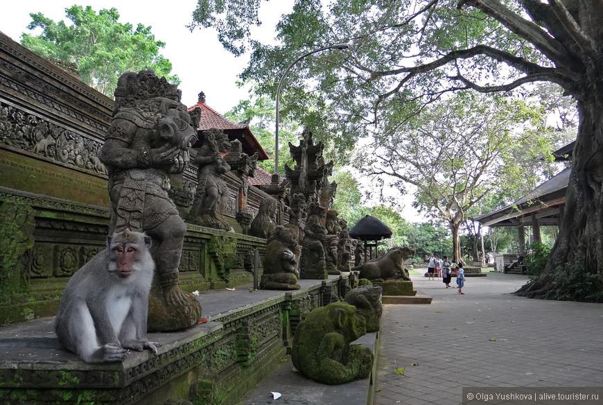 """Помимо мартышек в Monkey Forest ещё можно увидеть очень красивый местный храм Pura Dalem Agung Padangtega, построенный в традиционном балийском стиле, правда, попасть внутрь не получится, - видимо, туда пускают только местных жителей и только """"по праздникам"""" (во время проведения каких-то обрядов)..."""