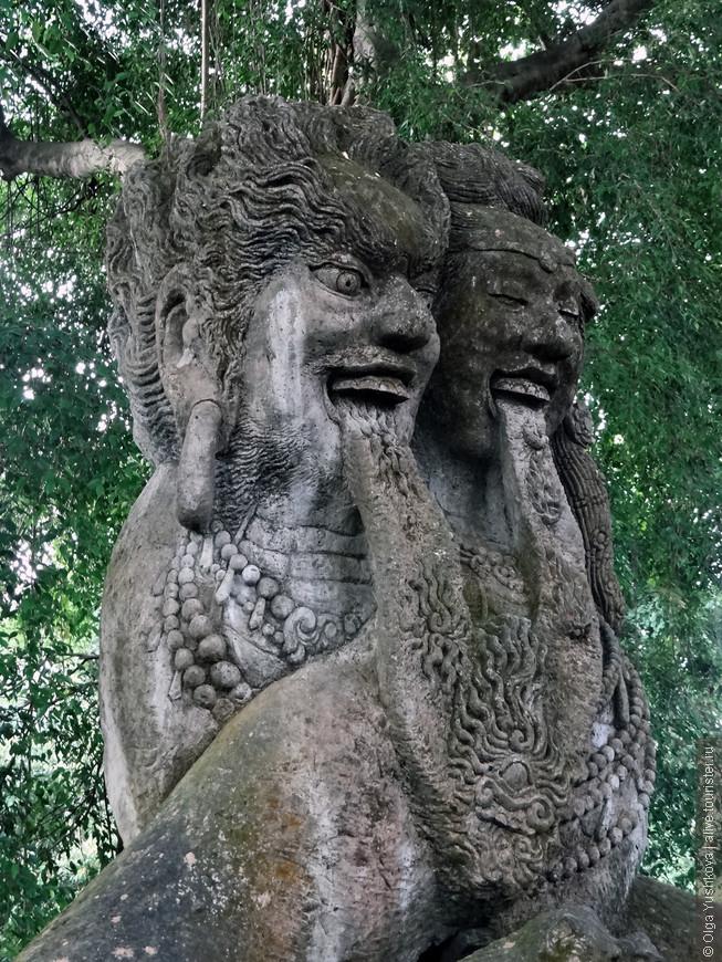 """В """"обезьянем лесу"""" водятся ещё и вот такие загадочные статуи... )))"""