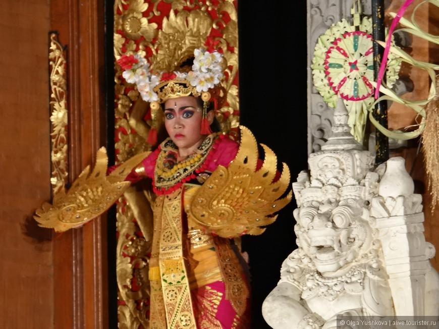 Танец Баронг - традиционный балийский танец, который можно посмотреть в Убуде, - с очень сложносочинённым сюжетом, но если кратко - то вечная история борьбы добра со злом (ясень пень, в конце победит добро). Девушки танцуют очень красиво, но на самом деле, они глубоко второстепенные персонажи в этом танце... )))