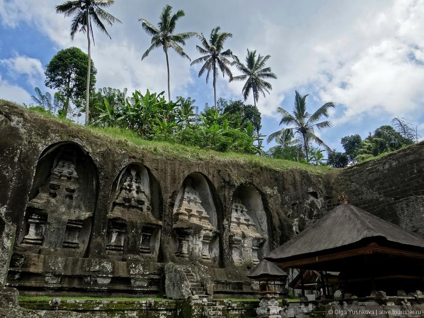 """Гунунг Кави (Gunung Kawi) - древний храмовый комплекс, состоящий из каменных candi (святынь), которые расположены в защищенных нишах, высеченных в отвесных скалах. Эти памятники, как считается, были посвящены королю Анак Вунгсу из династии Удаяна и его любимым женам. Почему-то Гунунг Кави принято называть """"царскими гробницами"""", хотя никаких захоронений там не было найдено, и истинное предназначение этих строений до сих пор неизвестно..."""