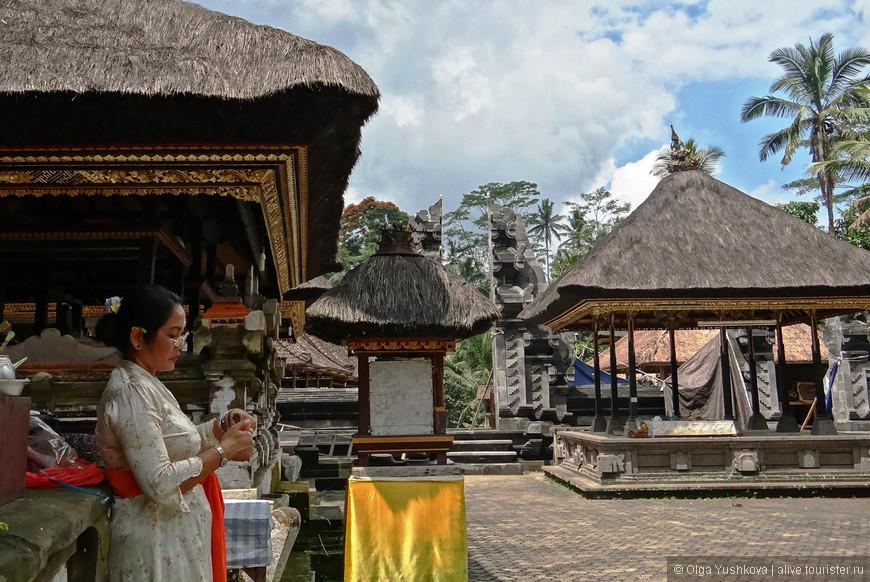 Небольшой местный храм рядом с гробницами Гунунг Кави...