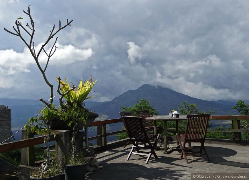 Ещё одно популярное место в окрестностях Убуда  - Гунунг-Батур, действующий вулкан высотой 1717 метров. Последнее мощное извержение этого вулкана было в 1917 году, тогда погибли тысячи людей и были разрушены десятки храмов...