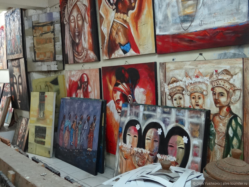 В Убуде - в районе рынка - много магазинчиков, где продаётся местная, очень самобытная живопись... Очень интересно было туда заходить и просто рассматривать всю эту красоту... )))