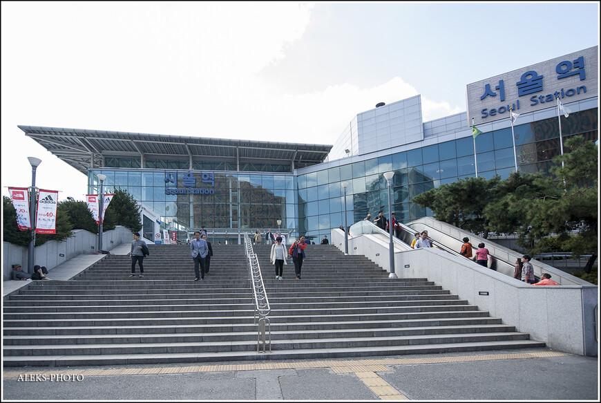 """Само здание вокзала внешне не супер привлекательное. Новый терминал был построен в 2004 году. И обслуживает ежедневно сто тысяч пассажиров. Внутри вокзала очень удобно ориентироваться. Я, вообще, обратил внимание, что корейцы """"задвинуты"""" на удобстве всего. Оно порой перевешивает эстетическую сторону.  Снимать внутри вокзала я не стал. Хотя, как я понял позже, в Южной Корее снимать можно везде и всюду. Дело в том, что чтобы вы ни делали - за вами всегда наблюдают видеокамеры Самсунг. Короче, я снимал в Корее там, где, к примеру в Дели или Мумбае меня бы расстреляли (прецеденты у меня были и это неприятный опыт)."""