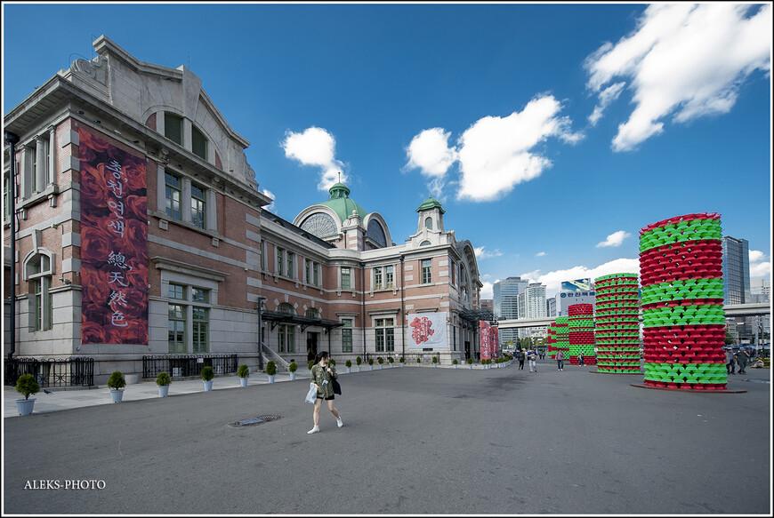 """А вот старое здание вокзала - во всем его патриархальном виде. Кстати, весьма в традициях наших """"совдеповских"""" вокзалов во многих городах... Правда, контраст с этими пластиковыми штуками чувствуется. Но на то он - и город контрастов. Здание было создано в 1925 году по проекту японского архитектора Цукамото Ясуси. На главном фасаде, как и полагается - часы. Я не стал детально фотографировать этот архитектурный объект. Кто видел вокзал Мумбаи, наверно один из самых шикарных в мире, тот поймет, что здесь мы имеем дело с весьма сдержанным стилем. Интересно, что во время Корейской войны старый вокзал города был почти полностью разрушен."""